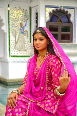 IND7371AW Indian girl in traditional dress, Udaipur, Rajasthan, India, Asia. MR