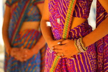 IND7391AW Indian girls in traditional dress, Udaipur, Rajasthan, India (MR)
