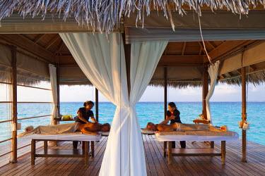 MIV0115AW Maldives, Rasdhoo Atoll, Kuramathi Island. A couple enjoy a massage at Kuramathi Island Resort. MR.