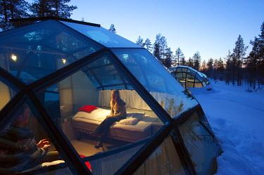 HMS0337921 Finland, Lapland, Saariselka, Hotel Kakslauttanen, glass igloo, couple
