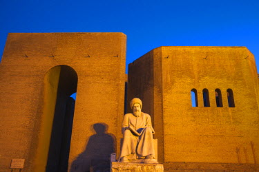 IQ01054 Iraq, Kurdistan, Erbil, Statue of Mubarak Ben Ahmed Sharaf-Aldin at the main entrance to The Citadel