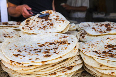 IQ01079 Iraq, Kurdistan, Erbil, Qaysari Bazaar, Man selling traditional flat bread