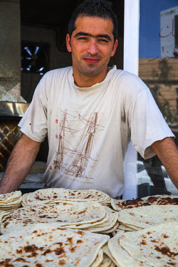 IQ01080 Iraq, Kurdistan, Erbil, Qaysari Bazaar, Man selling traditional flat bread