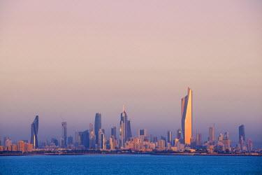KW01079 Kuwait, Kuwait City, Salmiya, Arabian Gulf and City skyline looking towards Al Hamra Tower