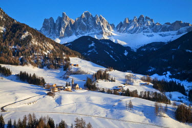 IT04358426 Winter landscape of St. Magdalena village and church, Geisler Spitzen (3060m), Val di Funes, Dolomites mountains, Trentino-Alto Adige, South Tirol (Tyrol), Italy, Europe