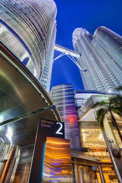 MY01279 Low Angle View of the Petronas Twin Towers, Kuala Lumpur, Malaysia, Asia