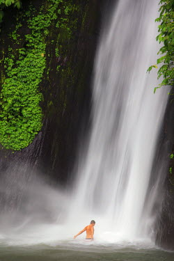 ID01339 Indonesia, Bali, Central Mountains, Munduk, Waterfall (MR)