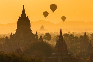 BM01275 Ancient temple city of Bagan (Pagan) & balloons at sunrise, Myanmar (Burma)