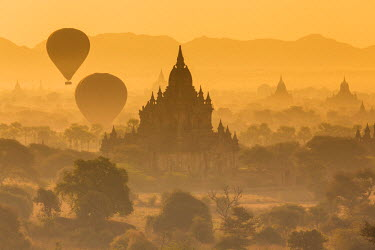 BM01301 View of the pagodas and temples of the ancient ruined city of Bagan (Pagan), & balloons at sunrise, Myanmar, (Burma)