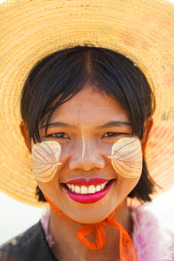 BM01316 Thanakha paste patterns on face to protect skin from the sun, Mandalay, Myanmar