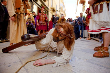 ITA2258 Italy, Sicily, Marsala. A Christ impersonator wearing a mask, during one of the stages of the passion of Christ in the Maundy Thursday or Giovedi Santo pageant in the historical centre of Marsala