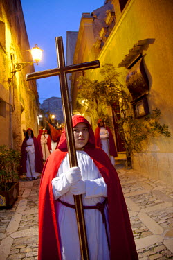 ITA2267 Southern Italy, Sicily,  Erice. Members of the Processione dei Misteri or Misteri Procession of Erice on Good Friday