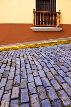 CA27BJN0019 Cobblestone street and building balcony in old San Juan, Puerto Rico.