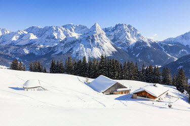 EU03MZW0290 The Tuftel Alm ( alpe) and the Mieminger mountain range during winter with lots of snow. The village Ehrwald is a famous tourist destination in summer and winter. Austria, Tyrol, Ehrwald.