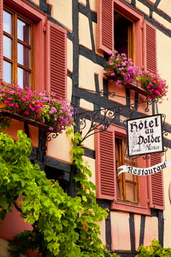 EU09BJN0423 Windows and flower boxes in Riquewihr, along the Wine Route, Alsace, Haut-Rhin, France.