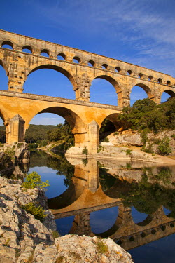 EU09BJN0772 Roman bridge and aqueduct, Pont du Gard near Nimes, Languedoc-Roussillon, France.