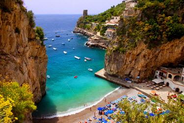EU16BJN0048 Tiny beach in the rocky coastline of Amalfi near Praiano, Campania, Italy.