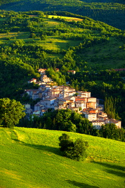 EU16BJN0157 The medieval town of Preci in the Valnerina, Monti Sibillini National Park, Umbria, Italy.
