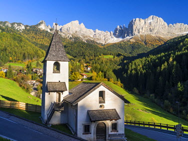 EU16MZW0331 Rosengarten also called Catinaccio mountain range in the Dolomites of South Tyrol (Alto Adige) during autumn. The village Saint Zyprian or San Cipriano in Tiers valley, South Tyrol, Italy (Large forma...