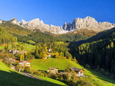 EU16MZW0334 Rosengarten also called Catinaccio mountain range in the Dolomites of South Tyrol (Alto Adige) during autumn. The village Saint Zyprian or San Cipriano in Tiers valley, South Tyrol, Italy (Large forma...