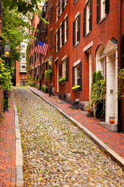US22BJN0022 Famous Acorn Street in Beacon Hill, Boston, Massachusetts, USA.
