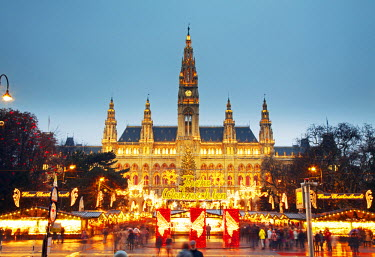 AUT0267 Austria, Vienna. The Chrismas Market in front of the Rathaus