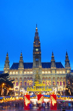 AUT0268 Austria, Vienna. The Chrismas Market in front of the Rathaus