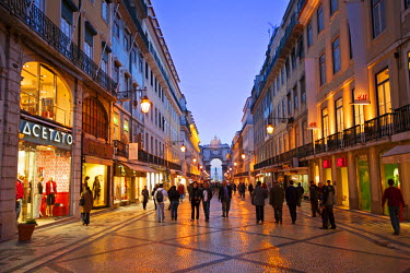 POR7365AW Europe, Portugal, Lisbon, the Rua Augusta pedestrianised shopping street showing the Arco de Luz triumphal arch and Portuguese (dragon's-tooth) paving