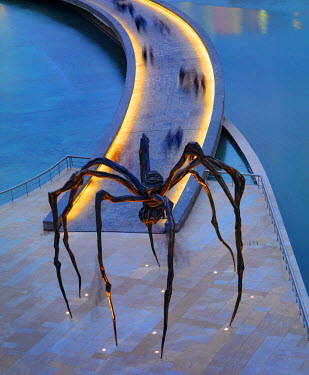 SPA5045AW Spain, Bilbao, Guggenheim museum with Maman, by Louise Bourgeois, 30-foot-tall spider.