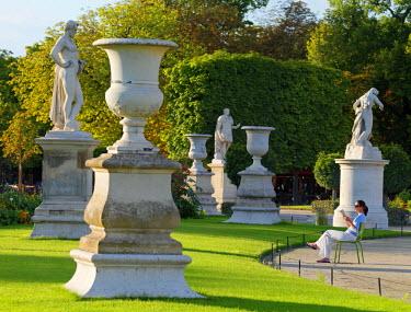 FRA8027AW France, Paris, Jardin de Tuileries, woman reading (MR)