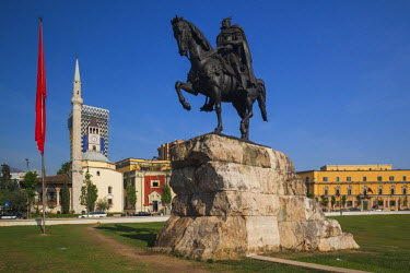 AL01026 Albania, Tirana, Skanderbeg Square, Ethem Bey Mosque and statue of Skanderbeg
