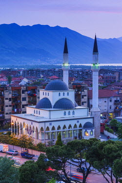 AL01067 Albania, Shkodra, elevated view of Zogu 1 Boulevard and mosque, dusk
