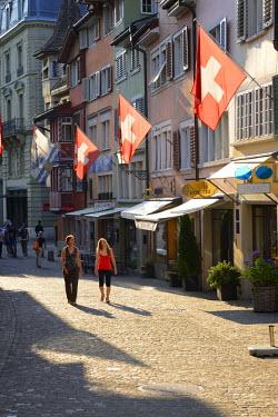 SWI7294AW Two women walking in Augustinergasse, Zurich, Switzerland, Europe