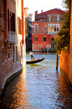 ITA2335 Italy, Veneto, Venice. A gondolier rowing his gondola on the Grand Canal. UNESCO