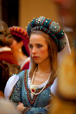 ITA2356 Italy, Tuscany , Pistoia. Young woman in Medieval costume during a parade in the historical centre.