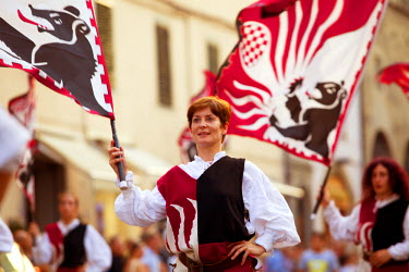 ITA2377 Italy, Tuscany , Pistoia. Flag throwers performing in the town centre during the annaul parade for the feast of San Jacopo.