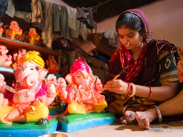 AS10DWE0162 A Ganesha statue is painted before the Ganesha Chaturthi festivities, in Ahmedabad, Gujarat, India.