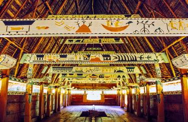 OC16AKA0054 Interior of a bai, traditional men's meeting house, in Melekeok on Babeldaob, Palau's largest island, Palau, Micronesia
