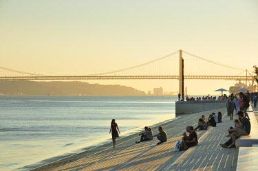 POR7400AW Ribeira das Naus esplanade, along the Tagus river. Lisbon, Portugal