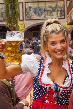 TPX41349 Germany, Baveria, Munich, Oktoberfest, Young Woman Drinking Beer