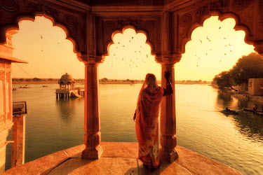 IN05569 India, Rajasthan, Jaisalmer, Gadi Sagar Lake, Indian Woman wearing traditional Saree outfit