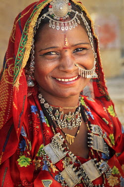 IN05588 India, Rajasthan, Jaisalmer, Jaisalmer Fort, Local Woman wearing traditional outfit