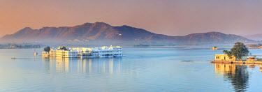IN05610 India, Rajasthan, Udaipur, Lake Pichola and Lake Palace