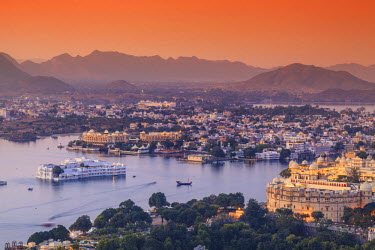 IN05621 India, Rajasthan, Udaipur, elevated view of Lake Pichola and Udaipur City