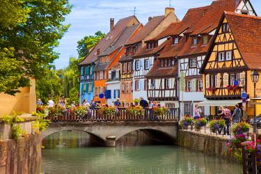 EU09BJN0862 Tourists enjoying the Petite Venise along the Quai de la Poisonnerie in Colmar, Alsace, France.