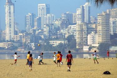 IND7525AW India, Maharashtra, Mumbai, Chowpatty Beach, children playing football (soccer) on the beach