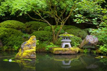 US38BJN0005 Pagoda and pond in the Japanese Garden, Portland, Oregon, USA.