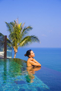 TH03355 Woman in infinity pool, Koh Samui, Thailand