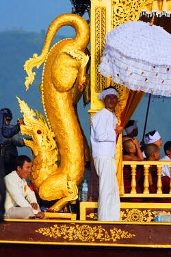 MYA1701 South East Asia, Myanmar, Inle Lake, Phaung Daw Oo Pagoda Festival, ceremonial boat