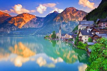 AUT0324AW Austria, Osterreich. Upper Austria, Oberosterreich. Hallstattersee lake. Hallstatt.